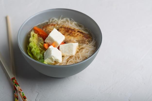 Traditionele pittige aziatische soep met tofu kaas en noedels Premium Foto