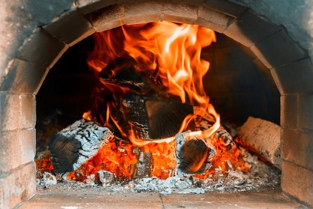 Traditionele pizzaoven in een houtvuur in restaurant Premium Foto
