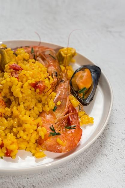 Traditionele Rijst In Paella Met Vis En Vlees Foto Premium Download