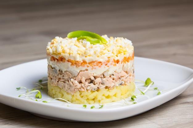 Traditionele russische salade mimosa Premium Foto