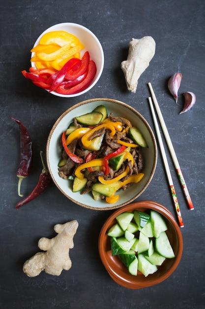 Traditionele salade van dungankeuken met rundvlees en groenten Premium Foto