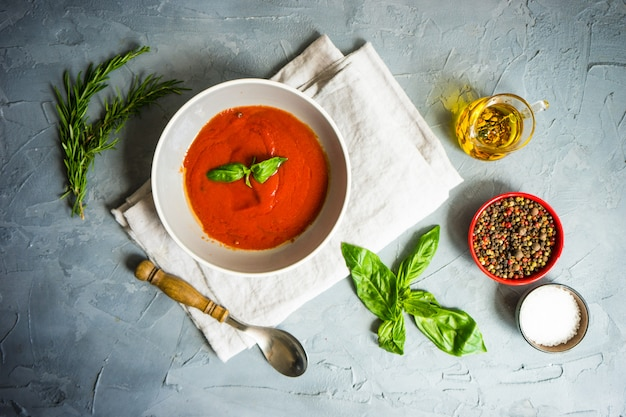 Traditionele spaanse tomatenroomsoep Premium Foto