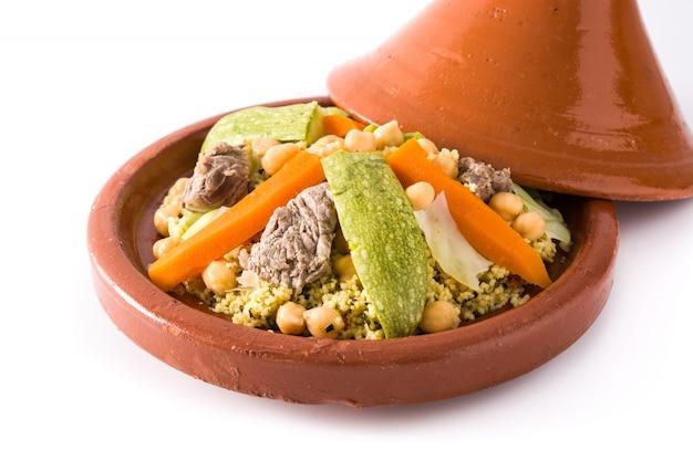Traditionele tajine met groenten, kikkererwten, vlees en couscous geïsoleerd op een witte ondergrond Premium Foto