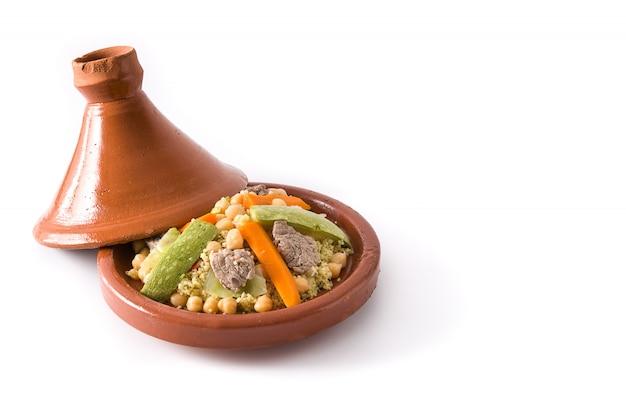 Traditionele tajine met groenten, kikkererwten, vlees en kouskous geïsoleerd op wit oppervlak kopie ruimte Premium Foto