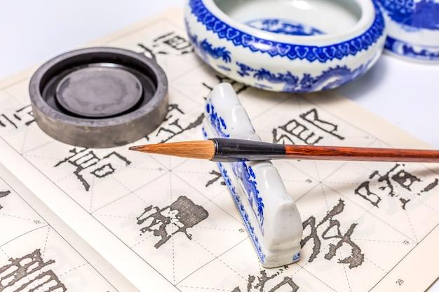 Traditionele tekenpapier achtergrondcultuur tools Gratis Foto