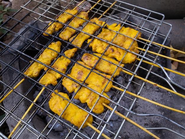 Traditionele thaise grillen varkensvlees bbq met geel kruid genaamd