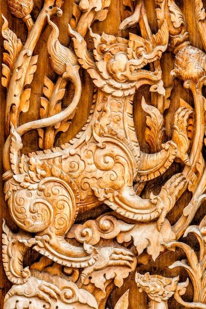 Traditionele thaise stijl patroon leeuw of singha hout snijden Premium Foto