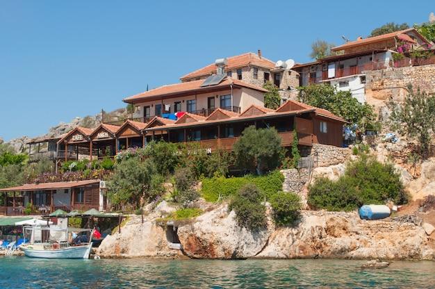 Traditionele turkse huizen op de berg aan de kust Premium Foto