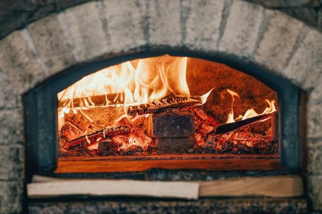 Traditionele typisch italiaanse oven voor pizza en brood Premium Foto