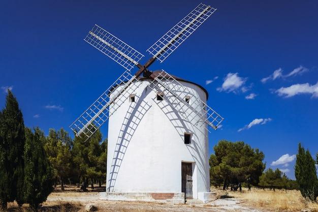 Traditionele windmolen van la mancha, in spanje, protagonist van de beroemde roman don quichot. Premium Foto