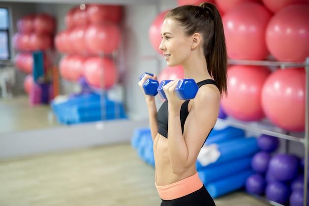 Trainen in de sportschool Gratis Foto