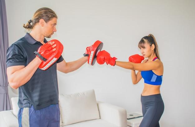 Trainers voor mannen en vrouwen leren u hoe u kunt trainen in fitness. Premium Foto