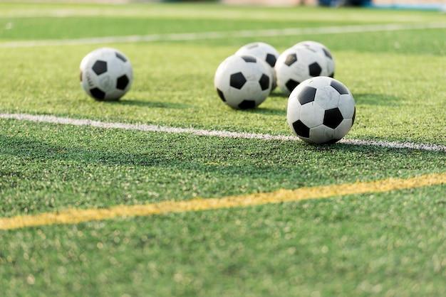 Trainingsbal op groen voetbalveld Premium Foto