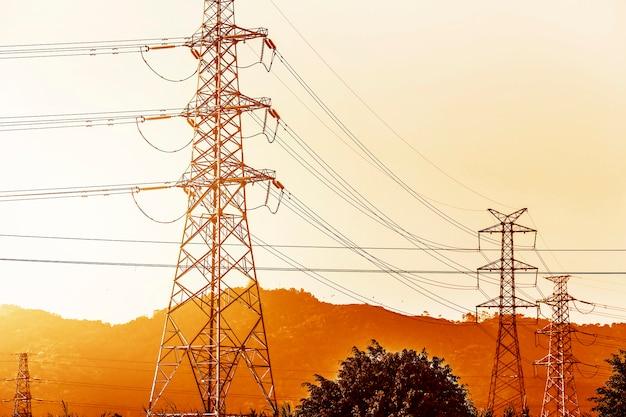 Transmissie van elektriciteit pyloon aftekenen tegen de blauwe hemel bij d Gratis Foto