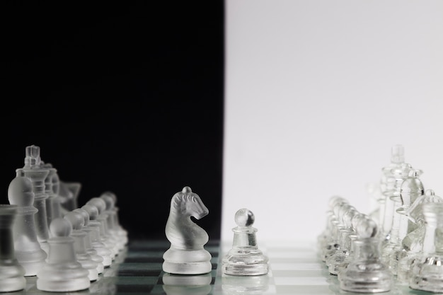 Transparante schaakstukken aan boord Gratis Foto