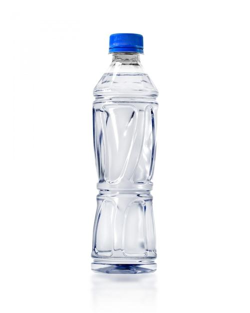 Transparante waterfles die op witte achtergrond wordt geïsoleerd. Premium Foto