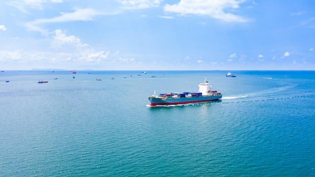 Transportbedrijf vrachtcontainers logistiek verzendservice import en export internationaal over zee Premium Foto