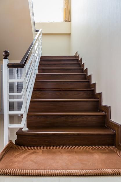 Betere Trap naar maat gebouwd huis interieur met houten trap en witte II-99