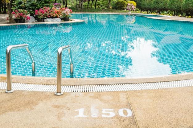 Trappen naar het zwembad Gratis Foto