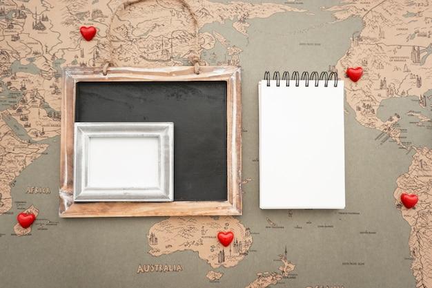 Travel samenstelling met decoratieve harten en lege notebook Gratis Foto