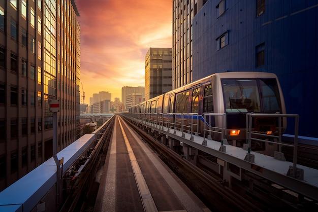 Trein in stad in tokyo met zonsondergangachtergrond Premium Foto