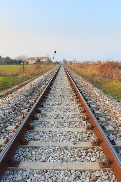Treinrails in perspectief vervoer buiten Premium Foto