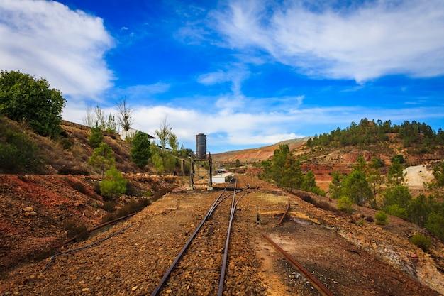 Treinspoor groene bomen en een hemel witte wolken Premium Foto