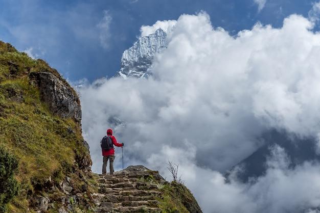Trekker die naar het meest everest uitzicht van het hotel in everest trekregio in nepal loopt. Premium Foto