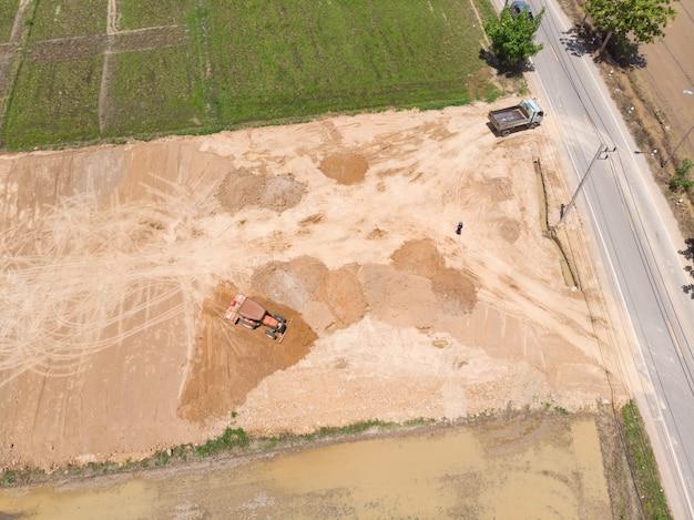 Trekker nivellerend vuilvloer en vullende grond Premium Foto