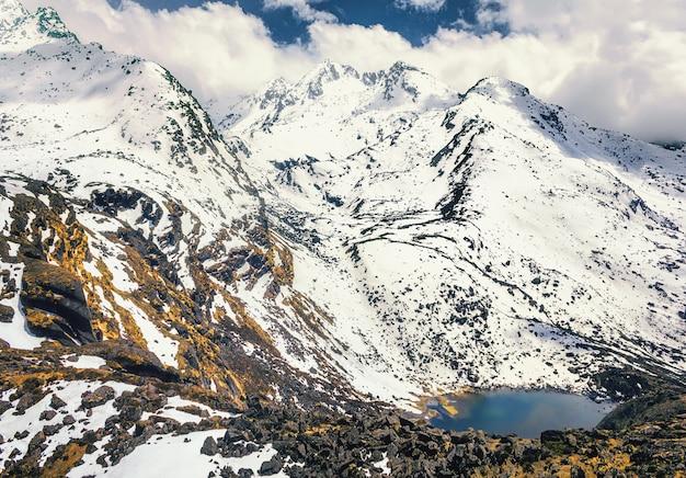 Trekking naar lake gosaikunda - heilig meer voor de hindoeïstische en boeddhistische bedevaart in de himalaya, nepal Premium Foto