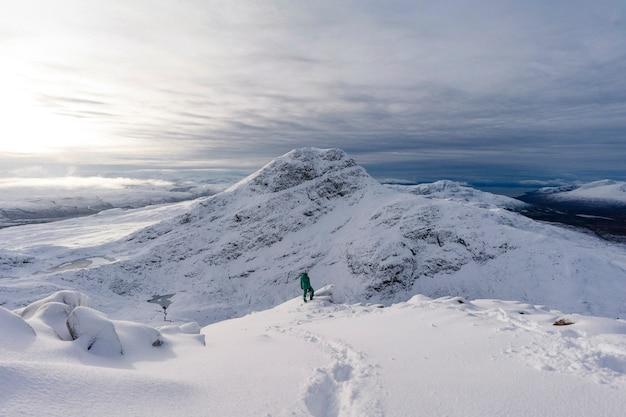 Trekking op een besneeuwde berg Premium Foto