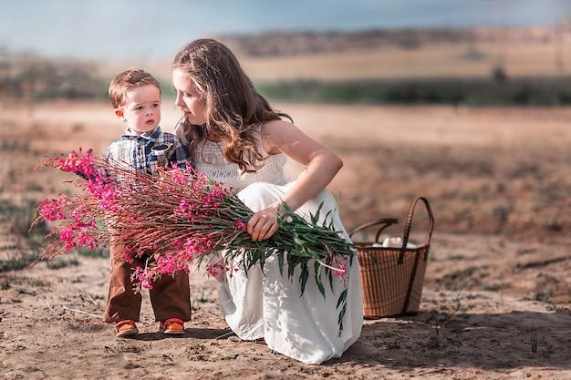 Trendy moeder en zoon samen Premium Foto