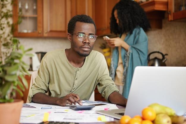 Triest werkloze afrikaanse man met bril met beklemtoonde blik Gratis Foto