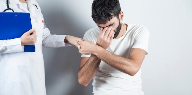 Trieste man ziek met vrouw arts Premium Foto