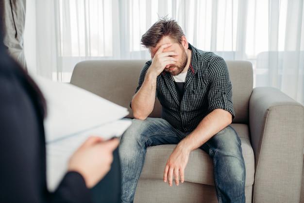 Trieste patiënt bij psycholoog, psychologische ondersteuning Premium Foto