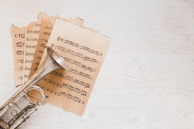 Trompet op bladmuziek Gratis Foto