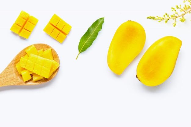 Tropisch fruit, mango op wit Premium Foto