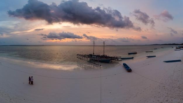 Tropisch strand eiland dramatische hemel bij zonsondergang zonsopkomst Premium Foto
