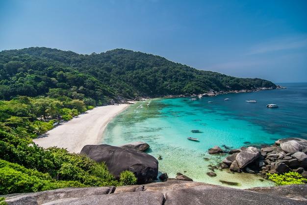 Tropisch strand op gezichtspunt van similan-eilanden, andaman-overzees, thailand Gratis Foto