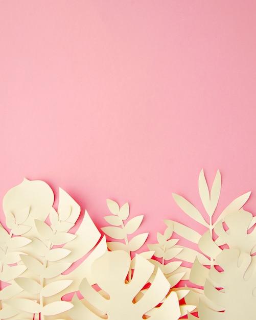 Tropische bladeren in papier gesneden stijl in roze Gratis Foto