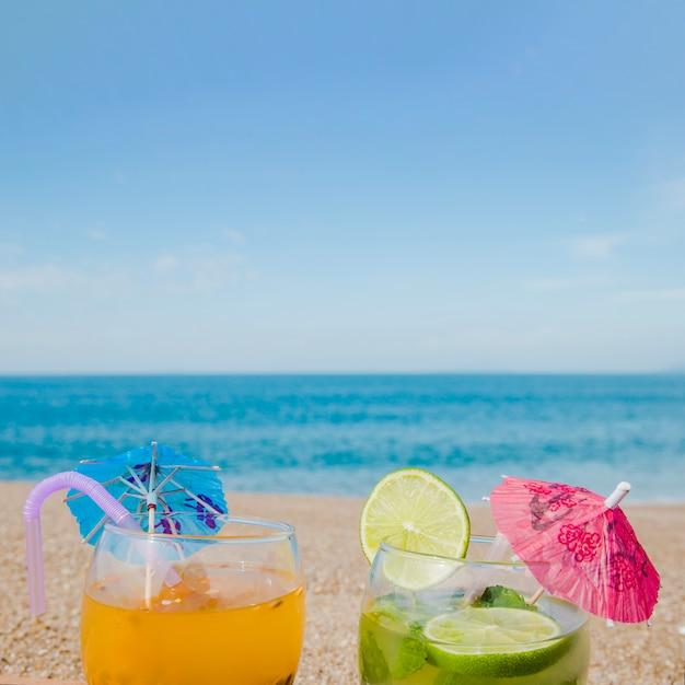 Tropische cocktails op de achtergrond van de oceaan Gratis Foto