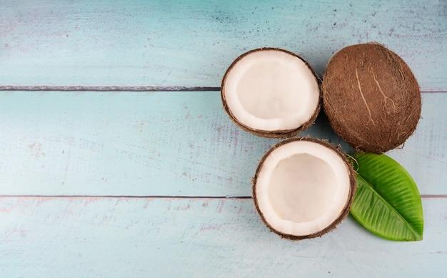 Tropische fruit rijpe kokosnoot en een half Premium Foto
