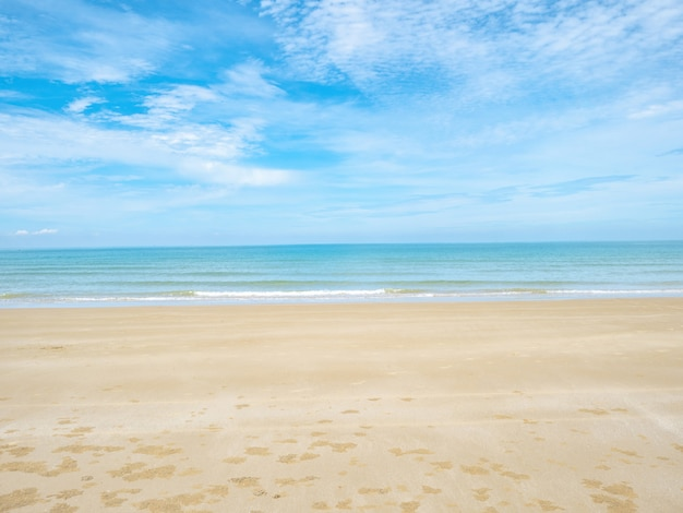 Tropische idyllische oceaan blauwe lucht en mooi strand Premium Foto