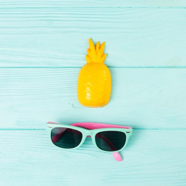 Tropische vakantieovereenkomst met zonnebril en ananas Gratis Foto