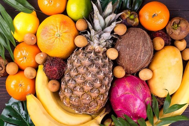 Tropische vruchten achtergrond, veel kleurrijke rijpe tropische vruchten Premium Foto