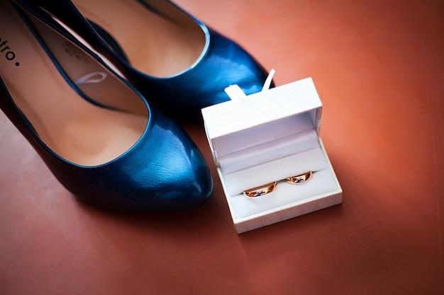 Trouwring en zwarte schoenen Premium Foto