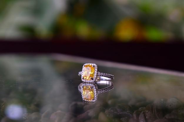 Trouwring het is een mooie, dure gele diamanten ring voor dames. Premium Foto