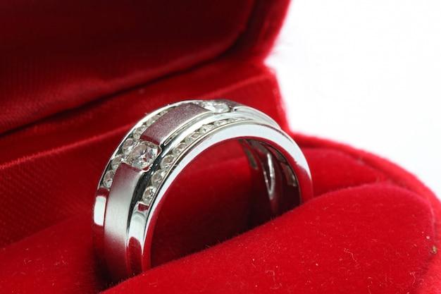 Trouwring met diamanten in rode doos Premium Foto