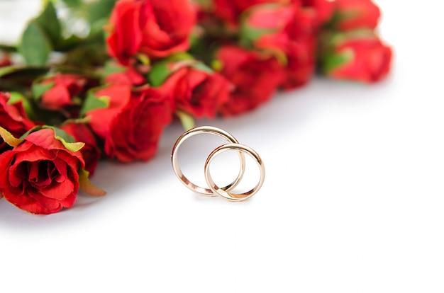 Trouwringen en bloemen geïsoleerd Premium Foto