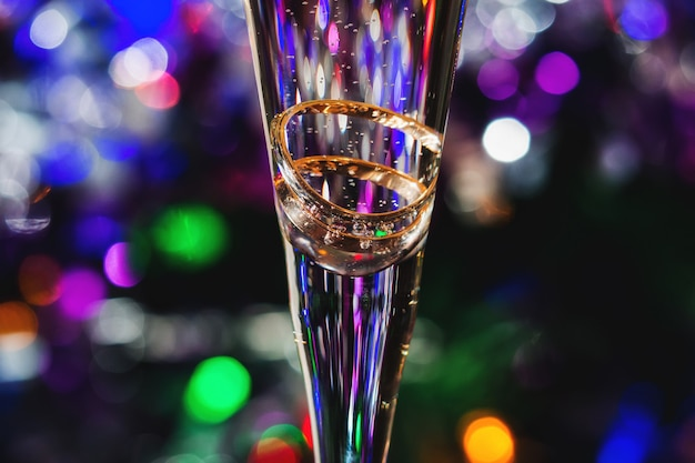 Trouwringen in champagneglas Premium Foto